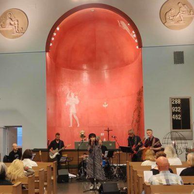 Aija Puurtinen Käpylän kirkon bluesmessussa (kuva Johanna Elo)
